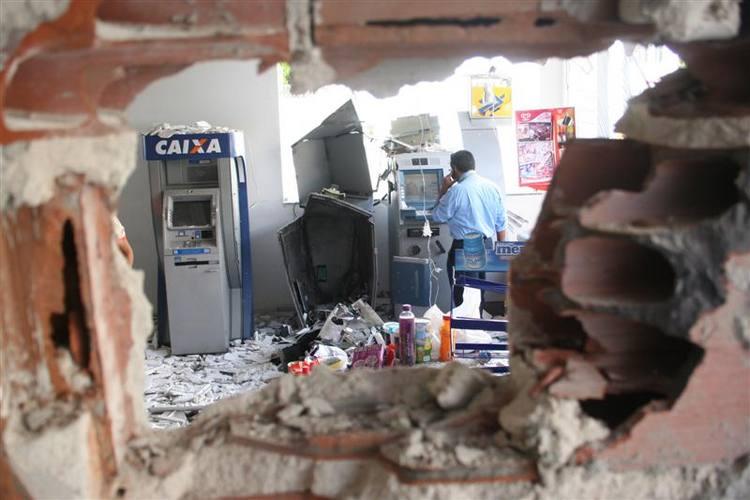 A conveniência do posto Shell, na entrada de Cidade Satélite foi arrombada e teve um dos caixas do Banco do Brasil explodidos por cinco bandidos fortemente armados.