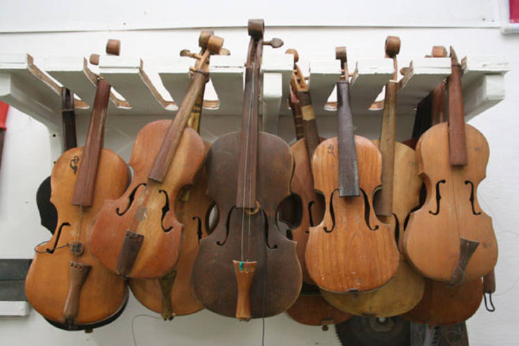 Em encontro de rabecas no IFRN, herdeiros da tradição de expoentes brasileiros, entre eles o luthier paulista Fábio Vanini e o tocador Maciel Salu, reforçam a longevidade do instrumento de origem moura