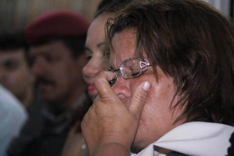 Marisa Mariano, mãe de Maisla, chora ao ouvir a decisão do júri.  Momentos antes, ela e familiares haviam feito orações pedindo a Deus por justiça