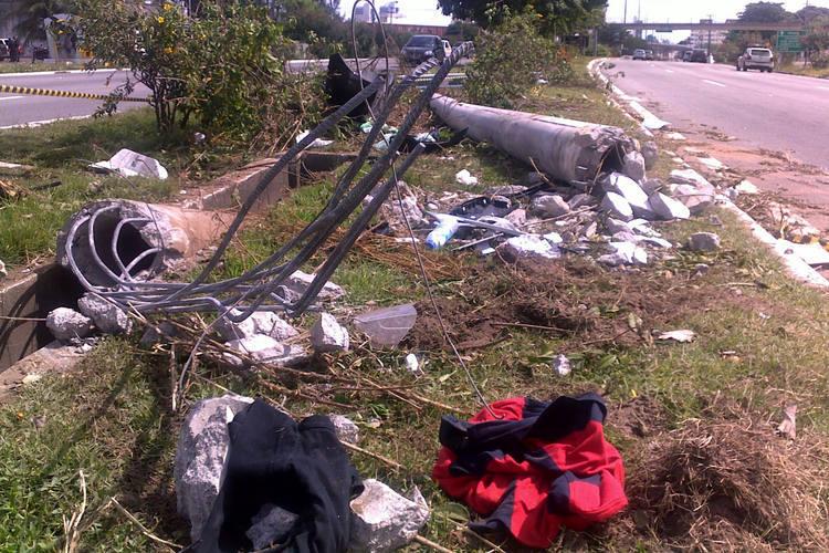Poste ficou destruído após acidente na BR-101