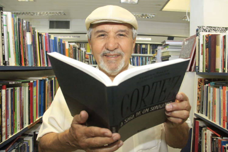 Cortez: Quando lançamos a coleção 'Nossa Capital' tivemos uma surpresa vinda de Fortaleza: em vez da prefeitura gastar dinheiro com um megashow no aniversário da cidade, adquiriu 215 mil livros para distribuir nas bibliotecas, entre alunos e professores.