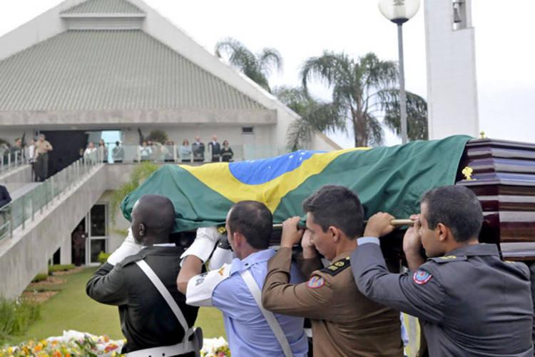 Corpo de José Alencar chega ao crematório Parque Renascer