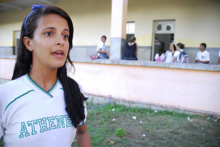Estudante Micaellen Silva diz ter medo de sair de farda pelas ruas