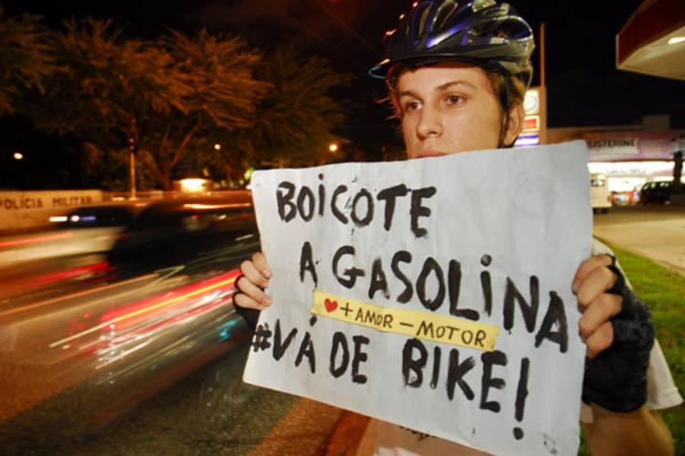 O protesto contra a alta da gasolina atraiu centenas de consumidores a um posto da Prudente de Morais. Dilma proibiu a Petrobras de reajustar preços