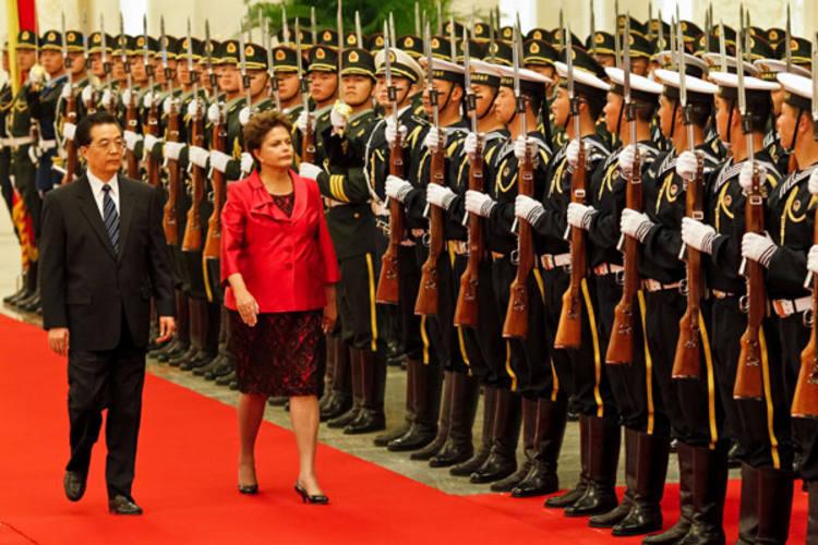 No Grande Palácio do Povo, em Pequim,  durante cerimônia ofical, a presidenta Dilma Rousseff passa em revista à tropa da guarda de honra, ao lado do presidente da República Popular China, Hu Jintao