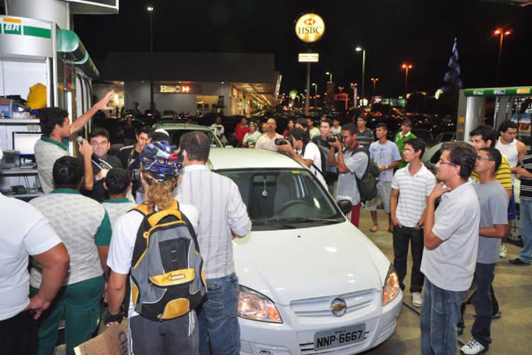Mais de 40 veículos participaram de movimento por redução de preços, ontem, em Ponta Negra