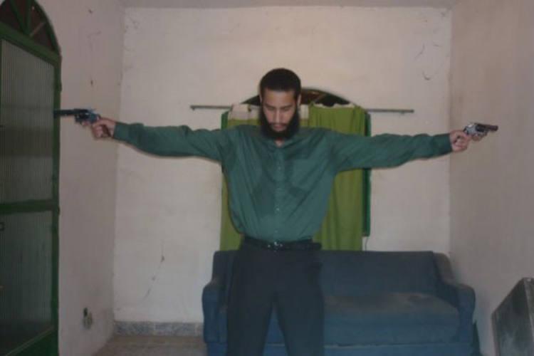 Com os dois revólveres, de cabeça baixa e parecendo concentrado: a imagem esquizofrênica de que ele tinha uma missão a cumprir