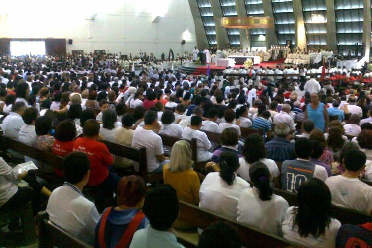 Centenas de fiéis lotam a igreja