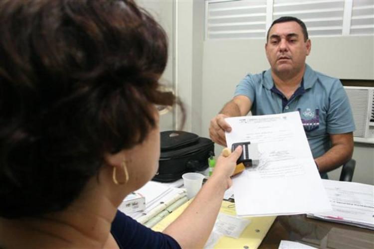 Jornalista da TN entrega carimbos falsos à Polícia Civil