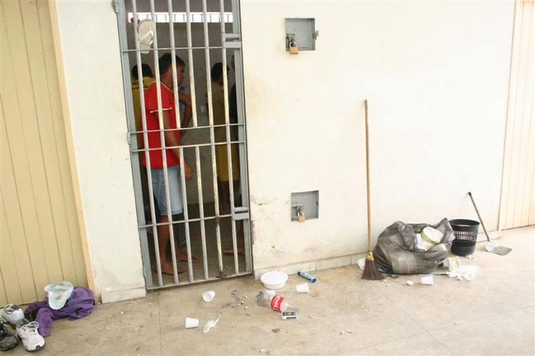 Policiais civis reclamam da sujeira e superlotação de presos na delegacia de plantão da zona sul no bairro da Cidade da Esperança