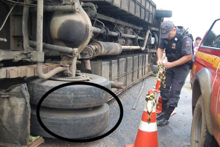 Ônibus apresentava pneus desgastados e tombou próximo à comunidade Barra da Espingarda