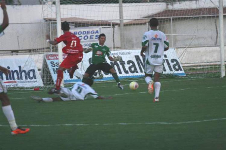 Autor do segundo gol da partida, Daivisson rceebeu a bola pelo lado esquerdo da área, entrou driblando, e mandou para o gol de Messi, fechando a vitória do América