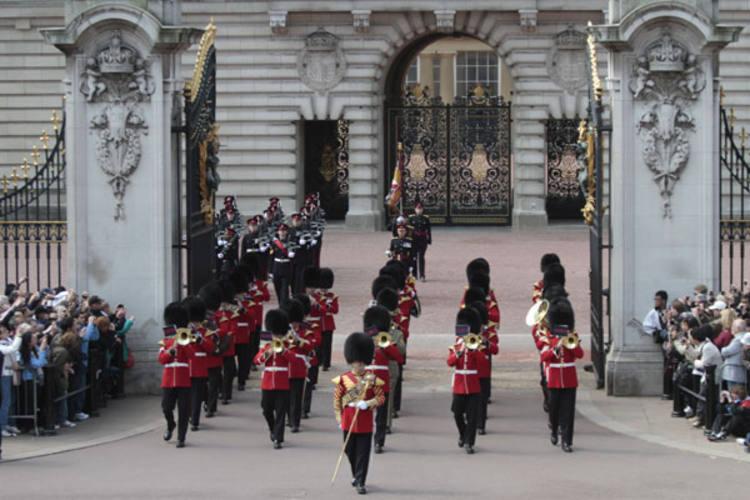 desfile Guarda britânica acerta passo para em frente ao Palácio de Buckingham, um dia antes do casamento do príncipe William. Cerimônia será transmitida pelas TV
