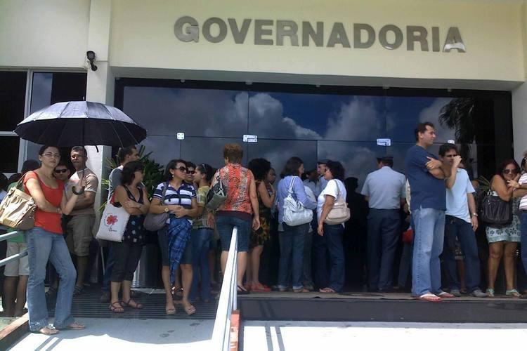 Professores protestam em frente à governadoria