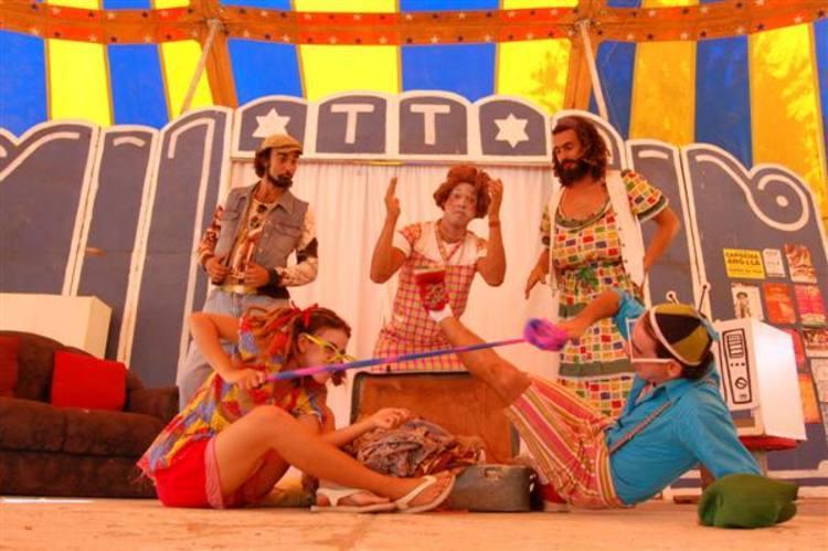 Evento oferece esquetes circenses e apresentações de grupos de teatro e performance locais