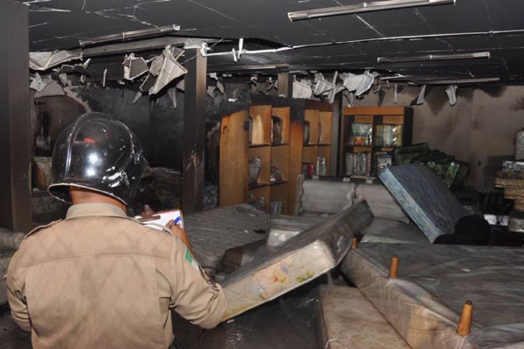 Um princípio de incêndio atingiu a loja do Rei dos Colchões na avenida Tomaz Landim, em Igapó, no início da noite de ontem