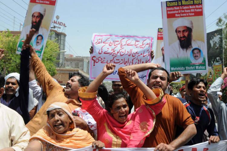 Paquistaneses protestam na cidade de Multan e cartazes lembram que Osama é herói muçulmano