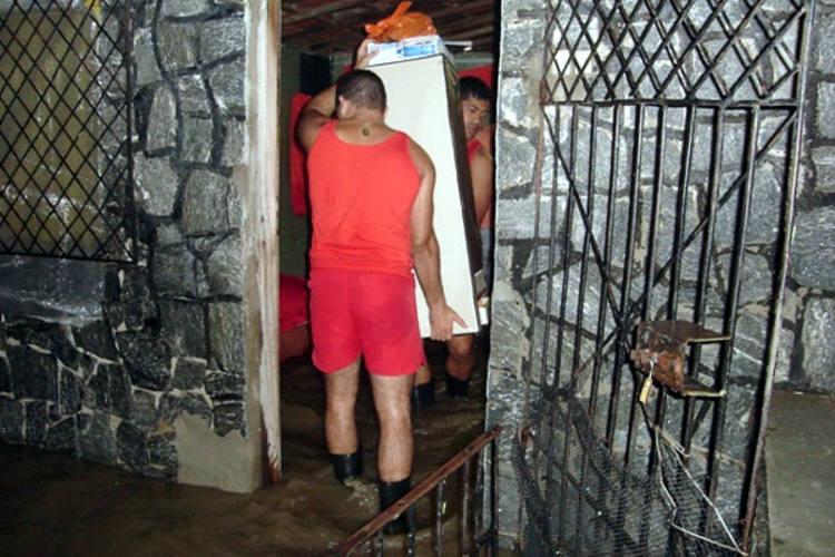 Bombeiros ajudaram a recolher móveis em casas alagadas durante a madrugada