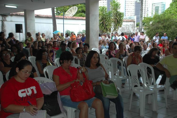 Professores se reuniram ontem, e decidiram continuar greve