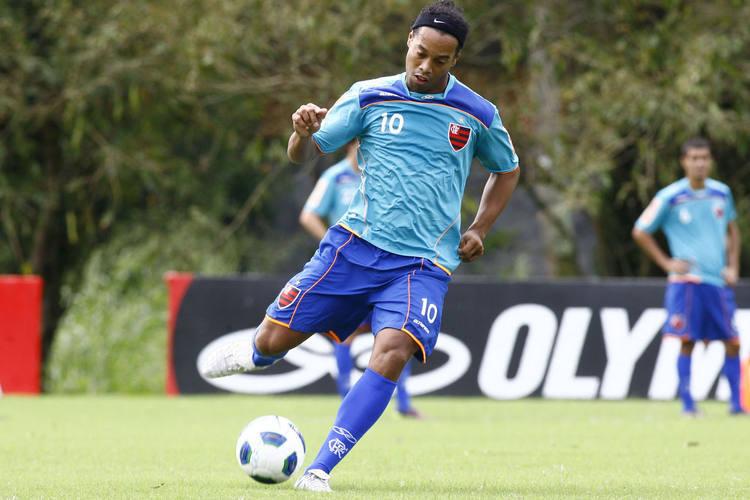 Ronaldinho Gaúcho ainda não rendeu o esperado, mas se esforça