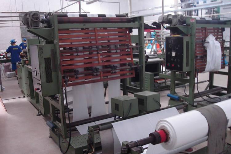 Estima-se que haja atualmente 17 fábricas de sacolas plásticas cadastradas em território potiguar. Juntas, elas empregam cerca de 1,2 mil apenas na área de produção