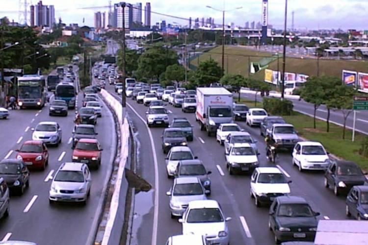 Sem ônibus, tráfego de carros aumentou na cidade nesta segunda-feira
