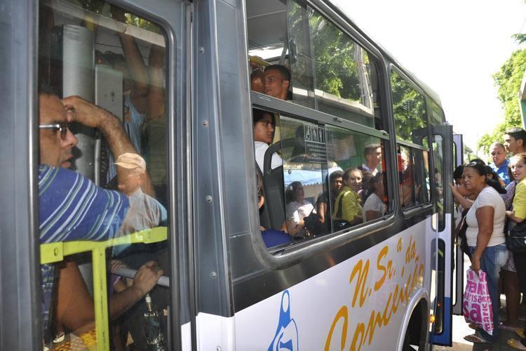 Ontem, os poucos ônibus circulavam totalmente lotados na capital