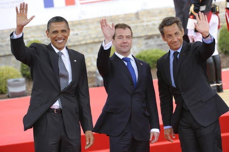 Nicolas Sarkozy(D), com Obama e Medvedev: apelo para que Muamar Kadafi deixe o poder na Líbia