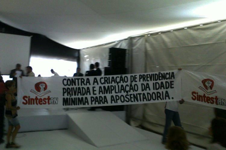 Membros do  SINTEST-RN foram ao evento e expuseram faixas de protesto
