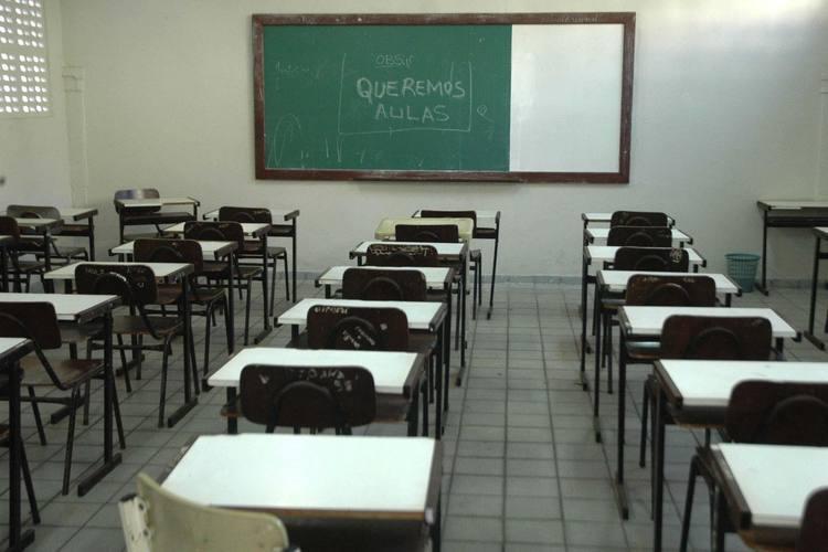 Alunos ficam sem aulas enquanto secretaria não providencia professores para diversas disciplinas