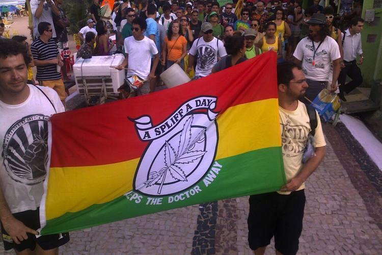 A Marcha da maconha de Natal acaba de deixar a orla de Ponta Negra. A ideia é reunir mais de 500 manifestantes