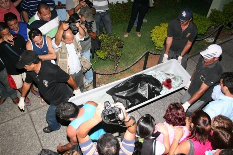 Multidão acompanhou retirada do corpo de Anderson Miguel por funcionários do Itep