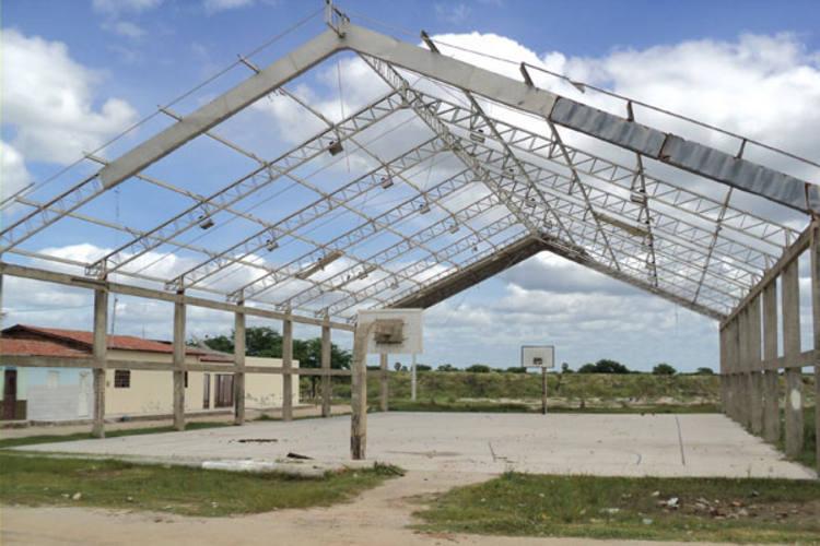 Obra de quadra de esportes abandonada em Porto do Mangue aguarda recursos para conclusão