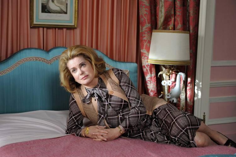 Catherine Deneuve, no papel em Postiche - Esposa Troféu. Atriz já está no Brasil para lançamento