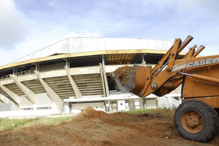 Um trator já trabalha na área fazendo a terraplanagem do terreno em torno do Machadão