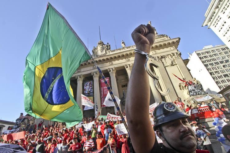 Bombeiros fazem protestos no Rio contra prisões de colegas