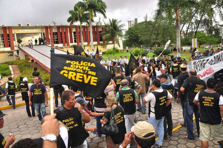 Policiais civis, em greve desde 17 de maio, promoveram um apitaço ontem em frente a governadoria