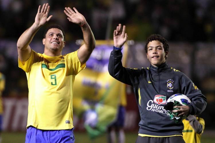 * Ovacionado, Ronaldo pede desculpas.