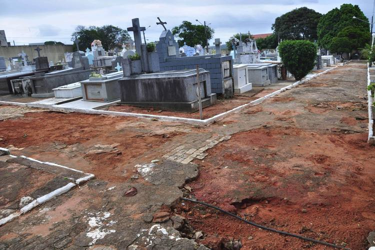 Praticamente todas as ruas do cemitério estão esburacadas