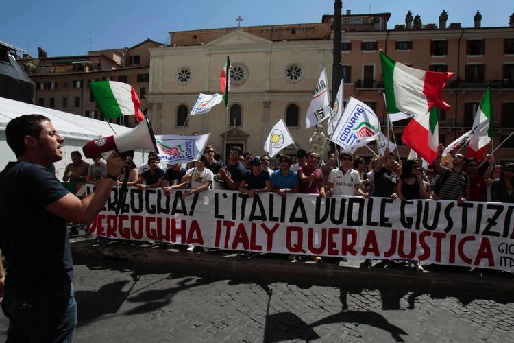 Italianos protestam contra decisão da Justiça brasileira que negou extradição de Cesare Battisti