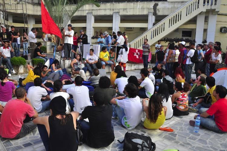 Jovens prometem que não saem do pátio da Câmara, enquanto não começar as investigações sobre aluguéis da prefeitura