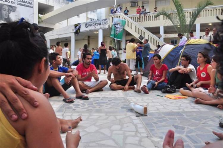 Manifestantes continuam ocupando o pátio da Câmara Municipal de Natal