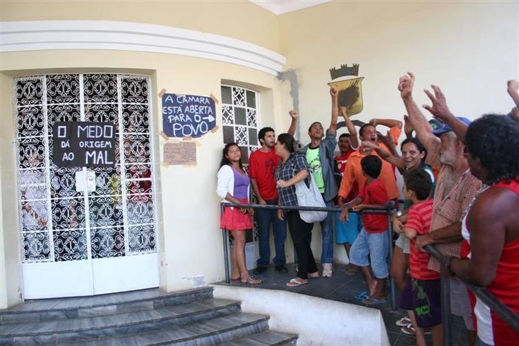 Cerca de trinta integrantes do Movimento Sem Terra (MST) acabam de chegar à Câmara Municipal do Natal para ocupar o prédio.