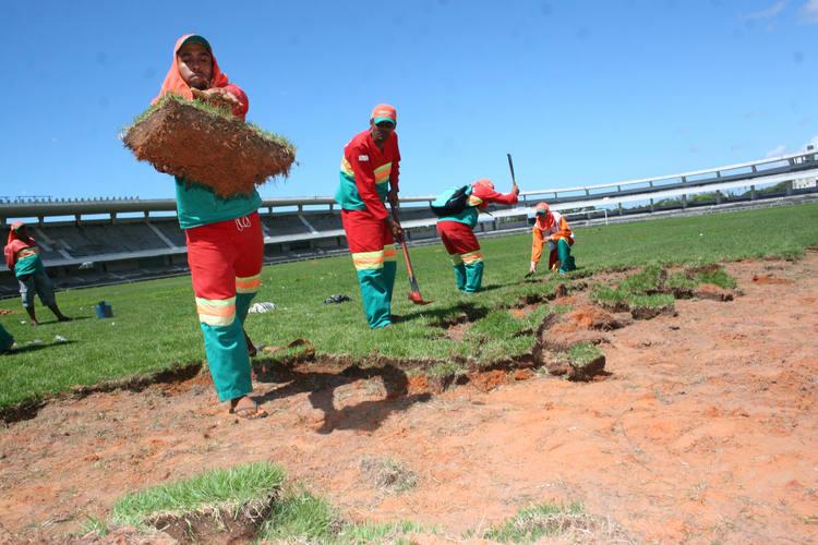 Funcionários da Semsur iniciaram o trabalho de remoção do gramado sem material de proteção individual e munidos apenas com facão e chibanca, revelando despreparo