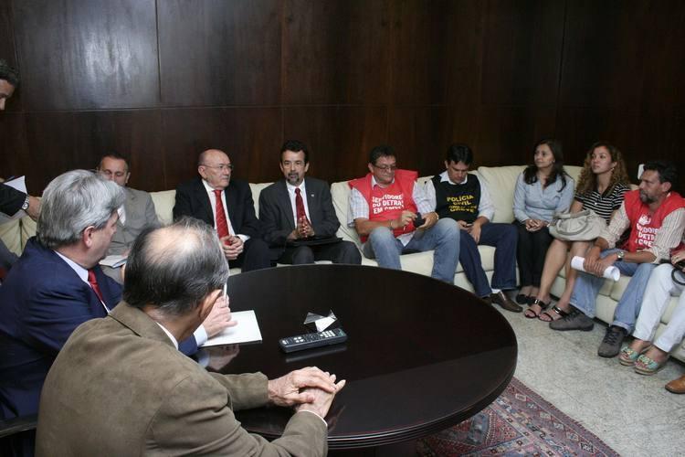 Deputados da base aliada e da oposição se reúnem com os sindicalistas e vão procurar o governo para mediar o diálogo