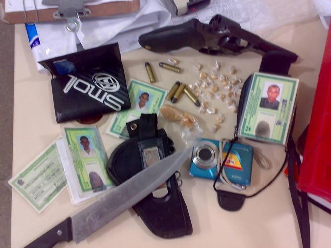 Os PMs apreenderam um revólver calibre 38, cinco munições, cédulas de identidade, uma faca tipo peixeira e uma câmera fotográfica
