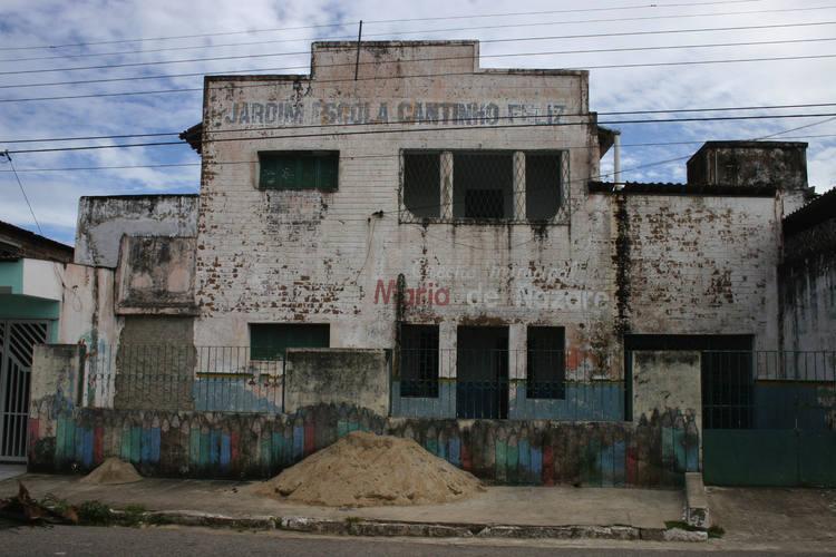 Rua dos Pegas, 1716, no bairro Quintas, foi o Centro Municipal de Educação Infantil (CMEI) Profª Maria do Socorro Lima. O Centro consta na listagem da SME como um prédio locado. No local, porém, só há resquícios de uma reforma inacabada. O CMEI não funciona há quase dois anos