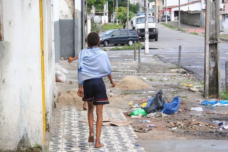 Crianças perambulam pelas rua sob efeito de crack e solventes