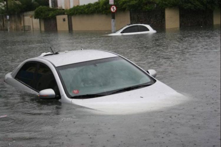Dois carros ficaram com água na altura dos vidros, em Petrópolis