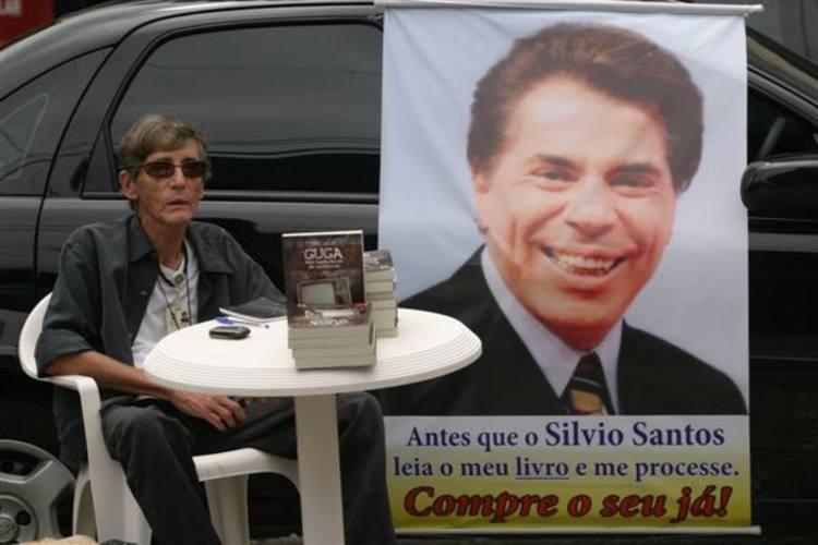 Ator, produtor de televisão e ex-assessor pessoal do empresário e apresentador Sílvio Santos, Crayton Sarzy escreveu livro narrando o lado obscuro da TV